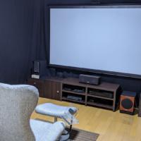 シアターハウスのプロジェクタースクリーンを購入!壁に映すよりもキレイ!ついでにホームシアターin賃貸、改造計画実行!