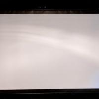プロジェクタースクリーンの波打ちが気になって仕方ない。張り込みスクリーンにすべきか…そもそもテレビの方が画質・機能性で満足度が高い気がしてきた…