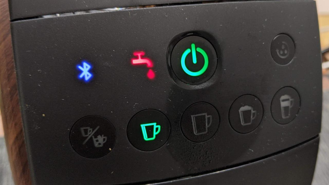 バリスタ50[Fifty](HPM9639)にて不具合発生!タンクに水入ってるのに給水表示のランプが点灯してマシンが止まる!結局保証で交換。